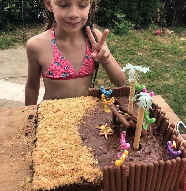 Gâteau réalisé par Maëlle pour sa petite soeur :). C'est là où je vois que j'ai une chouette jeune femme à la maison. J'avais tout acheté, je lui ai filé les consignes déco et je suis partie commencer les activités avec les invitées. Je suis revenue une heure plus tard et le gâteau était réalisé ! C'est de la magie non ? Certes, une magie qui a pris 16 ans, mais justement. Pendant toutes ces années, elle a fait son boulot de petite sorcière à coup d'oeufs écrabouillés, de cuisine enfarinée, d'oubli de sucre, de gâteaux crâmés et de confiance renouvelée... Maintenant qu'elle maitrise la magie, c'est moi qu'elle épate ma grande. Et Siloë aussi :) #gateauanniversaire