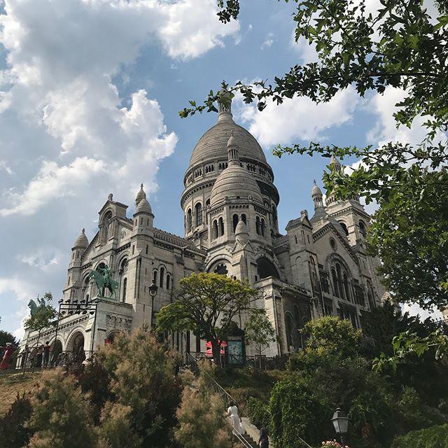 Vous reprendrez bien un peu de Montmartre ? Ce coin de Paris est tellement joli. Puis il est excellent pour se muscler les fesses et les mollets ! #montmartre #sacrecoeur #paris #jolieboutique