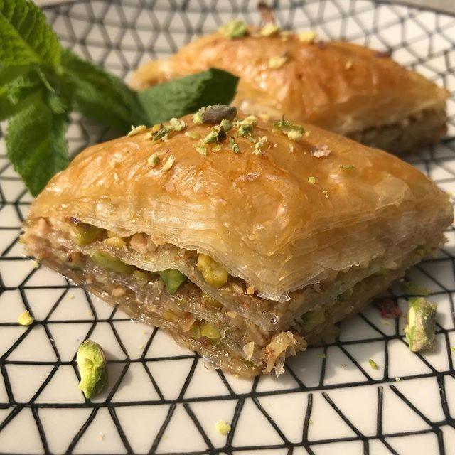 Cette fois-ci ça parle baklavas classiques sur le blog (au sucre donc, pas comme les baklavas salés de mon précédent article). Mais j'ai amélioré ma technique et les astuces données permettent de cuisiner ces magnifiques pâtisseries qui se dévorent en un clin d'oeil (et restent 10 ans sur les fesses ^^) #baklava #greekfood #nothealthy #butwhocares #miel