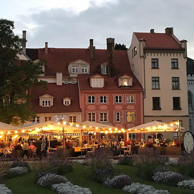 Riga a des nuits bien plus agitées que ses jours ! Le soir venu, une foule envahit les rues pavées, les loupiottes s'allument partout... c'est joli et très joyeux ! #cilouinlettonie #lettonie #riga #rigabynight #latvia #latviatravel