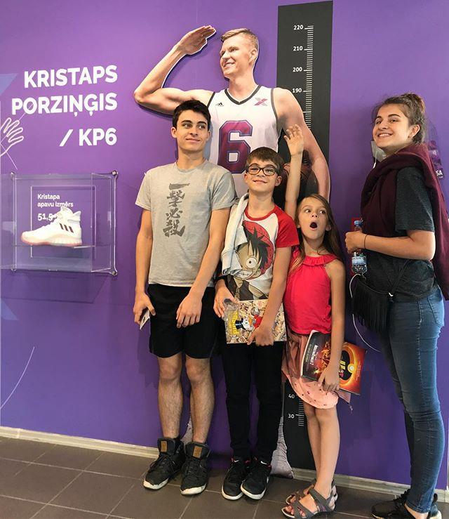 Nous sommes accueillis à Riga par le champion local Kristaps Porzingis, qui visiblement cotoie les 2m21 et rentre ses petits petons dans du 51,5. Il joue actuellement aux Knicks à New-York. Truc rigolo, on a voyagé avec l'équipe de France de Basket, composée de mecs assez hauts perchés également ! Nous qui sommes plutôt grands pour des français, on s'est sentis un poil minus ^^ #cilouinlettonie