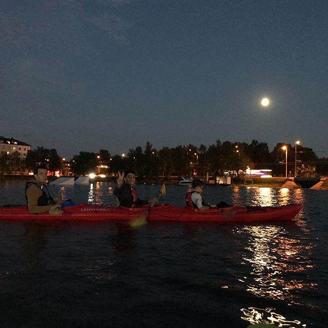 Hier, on a fait du canoé nocturne sur la Daugava, le fleuve qui part de Russie, passe par la Biélorussie pour finir sa vie en Lettonie (et qui donc traverse Riga) ! On adore pagayer dans les villes qu'on croise, parce que c'est une façon différente de les découvrir. Bon, là, on a un peu peu pesté à cause de l'organisation. Le rdv était à 22h et on a retrouvé nos pieus à 3h du mat... le mec des canoés était trèèèès rigoureux sur tout... des heures d'explications de comment marchent les pagaies, la réglementation fluiviale... des exercices de regroupement sur l'eau. Il se taisait comme les maitresses pour obtenir le silence, voulait qu'on aligne les bateaux parfaitement... bref, un peu psychorigide le gars. Du coup, on a bien navigué les deux heures promises, mais entre minuit et deux heures du mat... Elouan et Siloë ont lutté pour ne pas roupiller ! C'était chouette en plus, plaisant d'observer la vie nocturne, celle de la ville, celle des animaux du fleuve... bref, en dehors des délais biiiien trop longs et du côté «je vais faire de vous des athlètes en canoé», on a passé un chouette moment. Les photos sont pourries car l'iPhone est nul en photo de nuit. Mais bon, c'est pour les souvenirs quoi ! #riga #latviatravel #daugava #canoe
