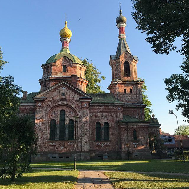 On a découvert par hasard la ville de Kuldiga en fin de soirée et c'est mon coup de coeur. Du coup, on va y retourner demain :). #kuldiga #lettonie #latviatravel #latvia #cilouinlettonie