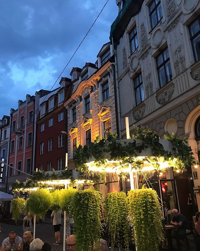 Riga by night... Je ne sais pas ce que cette ville donne à ses heures hivernales, mais ses chaudes heures d'été sont lumineuses. On dirait la cité des lucioles :). #lettonie #riga #rigabynight #latvia #cilouinlettonie