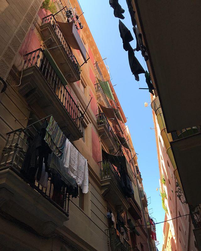 Les rues de Barcelone, mélange de belles ombres, de murs baroques et de ciel bleu... si jolies et si difficiles à photographier ! Il y fait tjrs aussi bon y déambuler :). #barcelona #barcelone #secretbarcelona