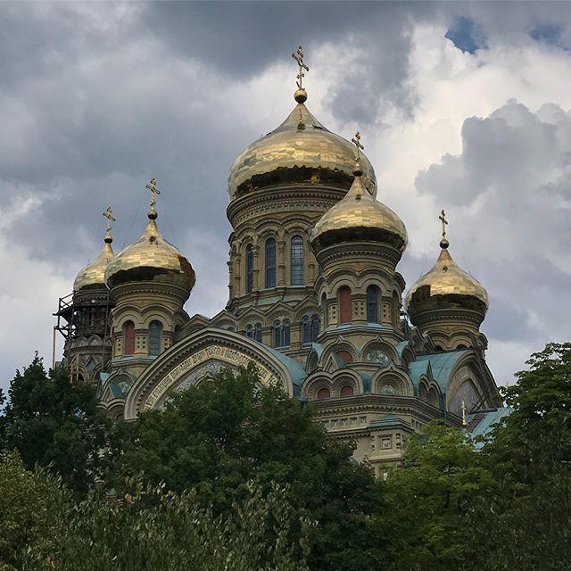 Cathédrale orthodoxe St Nicholas. Un peu de Russie en Lettonie :). On la voit briller de loin mais c'est de près qu'on peut apprécier la foule de détails. L'intérieur est plus «sobre» même si sobre n'est pas le bon mot ^^ (photos interdites)! #liep?ja #latviatravel #lettonie #latvia #cilouinlettonie #stnicholaschurch