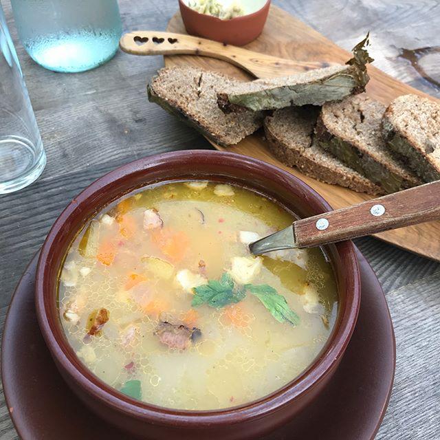 Défiant la chaleur, j'ai testé la soupe lettone. C'est délicieux, ça s'apparente à une bonne soupe terroir de chez nous (avec les lardons). Bon après, j'étais en mode ménopause avec des bouffées de chaleur... ^^ pas vraiment le plat de saison. C'est finalement le pain que je n'ai pas trop aimé. Trop dense et surtout étrangement parfumé et sucré. Je ne sais pas si ça vient de la feuille sur laquelle il a été cuit ou des diverses graines mais un goût étrange. Pis poufpouf quoi :) #latvianfood #cilouinlettonie #lettonie #latviatravel #latvia