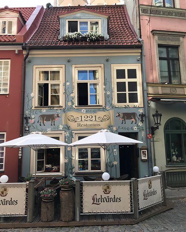 Les maisons de poupées de Riga... On a retrouvé le soleil alors on marche nez en l'air dans la ville, admirant les jolies devantures. #latviatravel #latvia #riga #cilouinlettonie #lettonie