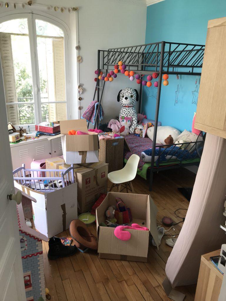 Chambre d'enfant créatif - tri des affaires