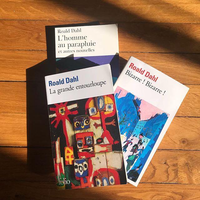 J'adore Roald Dahl. J'ai lu beaucoup de ses livres pour enfant. Mon amie Ophélie m'a appris il y a un mois qu'il avait aussi écrit des nouvelles pour les adultes. Je les ai commandées et dévorées. Son écriture un peu obsolète et ampoulée de l'époque reste maline et narquoise. J'ai raconté ces histoires à mes enfants pendant qu'on était en Estonie et ca les a fait sourire. Depuis je me documente sur Roald Dahl lui-même. Nan mais la vie de ce type... un truc foufou !! Entre des pertes familiales horribles, des exploits de guerre en tant que pilote d'avion de chasse ou agent secret, des super potes (Disney, Ian Fleming (auteur des James Bond), Alfred Hitchcock), coinventeur d'un dispositif médiacal tjrs valide... Il a signé le scénar du James Bond «on ne vit que deux fois» et est à l'origine de l'histoire du film des Gremlins. Il a reçu des tas de prix... Pis, il est donc l'auteur de Charlie et la chocolaterie, Matilda, le bon gros géant, James et la grosse pêche, Sacrées sorcières, Fantastique Maitre Renard... Bref, le genre de mec qui utilise chaque seconde de sa vie ! Waouuuu !  #roalddhal #litterature