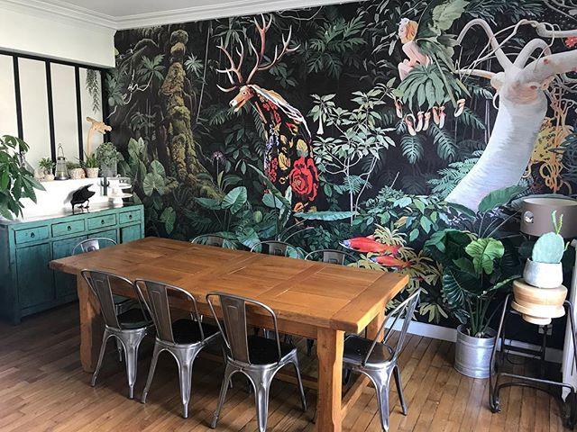 Ma table fait un peu riquiqui dans ma salle à manger. Pourtant elle mesure 2m30 :). J'hésite à sortir la rallonge ! Bon, je râlouille pour la forme hein, parce qu'en vrai, je suis hyyyyyper contente de cet endroit :). Bientôt des ateliers dedans qui sait !! (Poke mon double maléfique @les_ateliers_de_la_renarde_ ) ^^ #dessintropical #wallpaper #decoration #salleamanger #dinningroom #cilounewhome