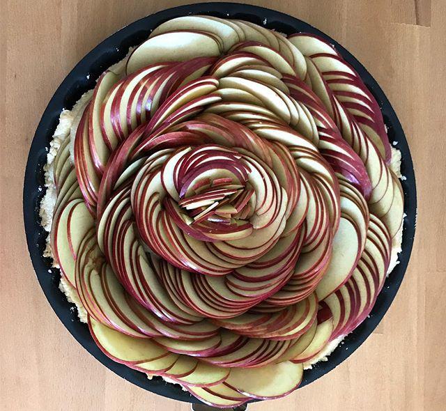 Tarte aux pommes :). Bon dimanche à tous ! #applepie #tarteauxpommes #frenchpastry #applelove