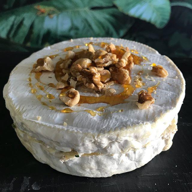 La recette de ce brie fourré aux fruits secs est dans la vidéo juste après cette photo :). Bon dimanche à tous. #recette #fromage #frenchcheese