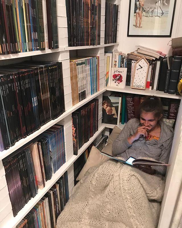 Le coin bibliothèque de la maison. Beaucoup de BD à vrai dire ^^ !  Vous avez des titres ou des auteurs à me conseiller ? #cilounewhome #bibliotheque #bd #bandedessinee