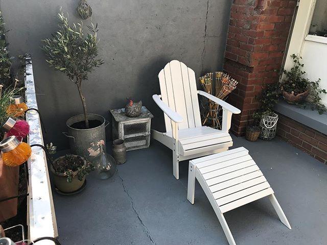 Ma mission avant l'annif d'Erwan était de refaire le coin terrasse de la maison. Alors j'ai lavé, gratté, peinturluré, décoré et deux jours plus tard, here we are ! Joie dans mon coeur (et peinture dans mes cheveux !!). On est loin du compte encore mais ca ira bien pour samedi.  #cilounewhome #terrasse #amenagementinterieur #decoration #homedecor