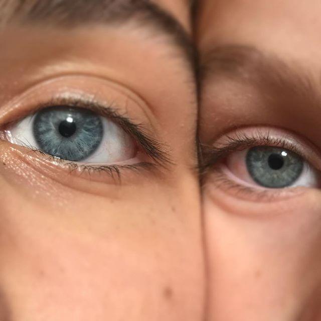 Les yeux de mes filles. Semblables non ? Autant je ne pige pas pourquoi je n'ai pas réussi à faire friser un seul de mes enfants, autant les yeux bleus sont une marque de fabrique de beaucoup de gens de nos deux familles. Chez nous, on a un stock de yeux clairs, de gauchers et de daltoniens. En dyslexique, on a aussi notre quota ^^ ! #genetique #famillenombreuse #yeuxbleus #blueeyes