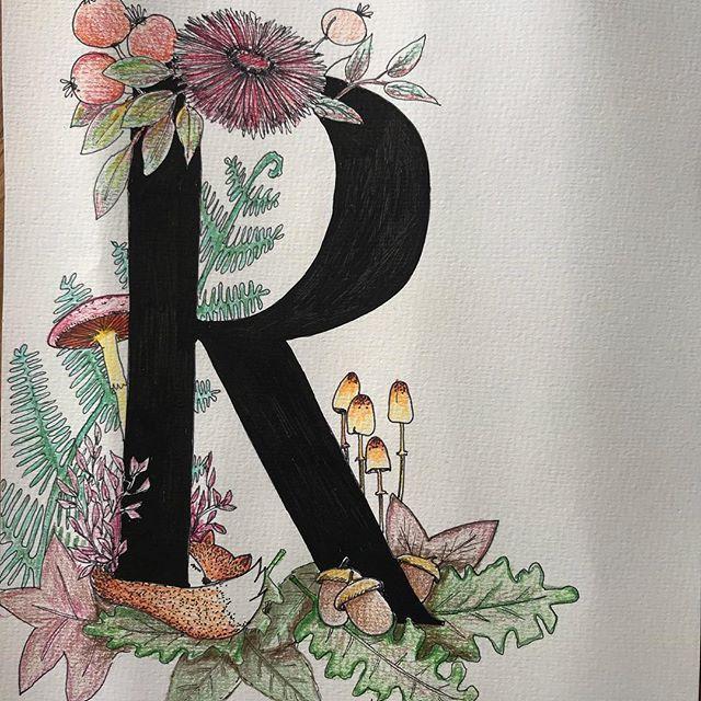 Je vous montre le dessin terminé de mon atelier de lettering floral avec @thecheerletter chez @seize.paris . J'ai choisi un R, allez savoir pourquoi ^^ ! Sans doute parce que je m'appelle Riloubidouille ^^ ! #lettering #letteringart #calligraphie #ciloubidouilledrawing #ciloudrawings #foxdrawing #r