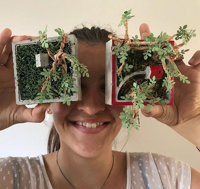 Jeudi soir, je vais faire mon premier atelier professionnel :). On réalisera des mini jardins de papier (et de béton). Je suis hyper heureuse de me lancer via @les_ateliers_de_la_renarde_ ! Je vous prépare aussi des cartes cadeaux (je crois avoir bien entendu votre message venu d'un peu partout ^^). Je mets ça en ligne bientôt. Je suis aussi sur la rédaction de l'anniversaire des 8 ans de ma dernière, je n'ai que trois mois de retard. Une paille. Rdv ce soir sur ciloubidouille.com je pense :). Voilà. Plein de bisous à vous tous :). #ateliercreatif #atelierparis #lesateliersdelarenarde #paperart #ciloubidouille #beton #paperplants