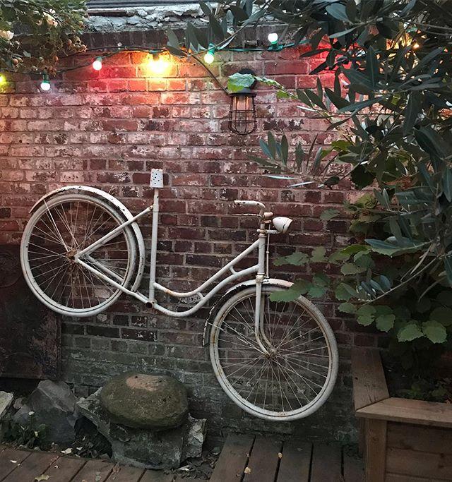 Le très joli bout de jardin de ma cops @pozzynette. La preuve qu'avec du bon goût et de la récup, on peut se fabriquer des morceaux de paradis. Et si tu ramènes des copains dedans, c'est carrément la folie ! Merci pour la délicieuse soirée. #soireeentreamis #barbecue #upcycling #recup