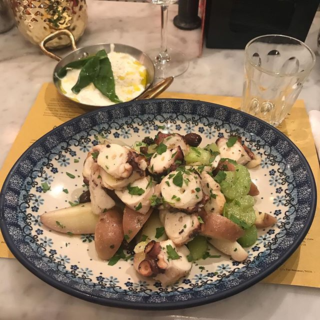 Hier j'ai aussi profité de ma sortie couveuse ppur manger chez Ober Mamma (du group @bigmammagroup ). J'ai pris la salade de poulpe et de la burrata. C'était super bon !! Il y a des restaus dont on ne se lasse pas :). #poulpe #restaurantparis #italianfood #burrata