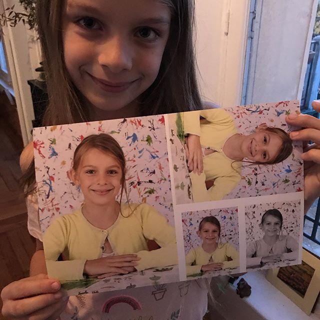 Jumelles. Je suis une grrrrrrande consommatrice des pochettes photo des enfants. Je les achète systématiquement, peu importe la tête qu'ils ont dessus. J'aime ce rendez-vous avec leur scolarité :)