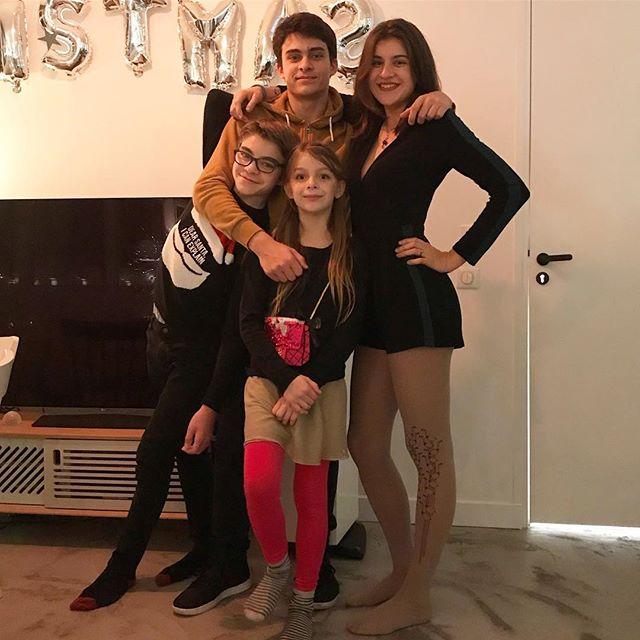Mes 4 merveilles, mon amoureux et moi, on vous souhaite un Joyeux Noël ! Prenez soin de vous et des vôtres.