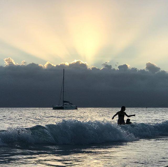 Baignaide dans l'anse du gosier à la Guadeloupe. Par beau temps, on peut apercevoir au loin Marie-Galante et même la Dominique ! #guadeloupe #gosier #antilles #aircaraibes