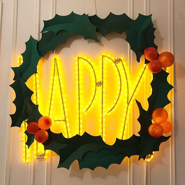 J'ai redécoré mon HAPPY pour le passer en mode Noël. Du papier vert pour les feuilles de houe, des ballons pour les boules et trois ceintres décortiqués pour former le cercle ^^ ! Je suis Happy ^^ ! #noel2018 #decorationnoel