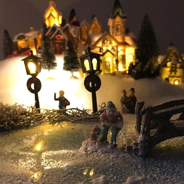 J'ai réalisé ce village de Noël pour les fêtes et j'en parle sur mon blog, pour vous expliquer comment le réaliser. C'est hyper simple en fait ! #ciloubidouille #maviecreative #noeldiy #noel2018 #christmasvillage #villagedenoel