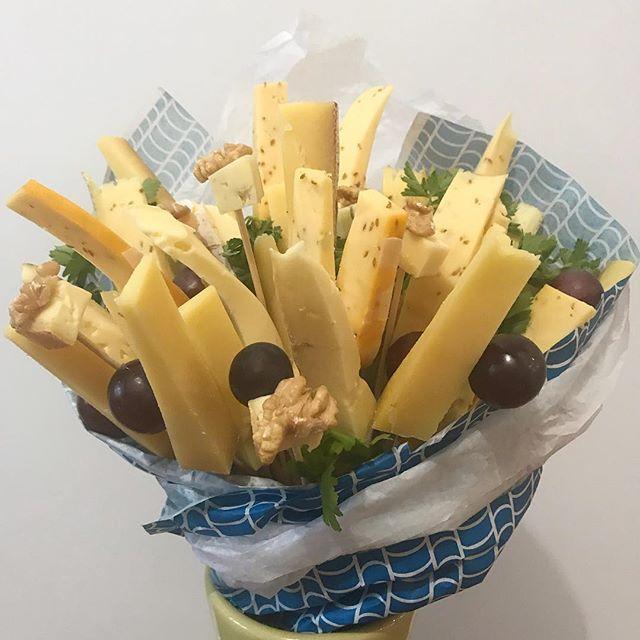 Petit bouquet de fromages pour le reveillon :). Super simple à réaliser et joli à poser sur la table ou à apporter aux copains qui reçoivent ! Passez de belles fêtes et faites attention autant à vous qu'aux autres ! #cadeaugourmand