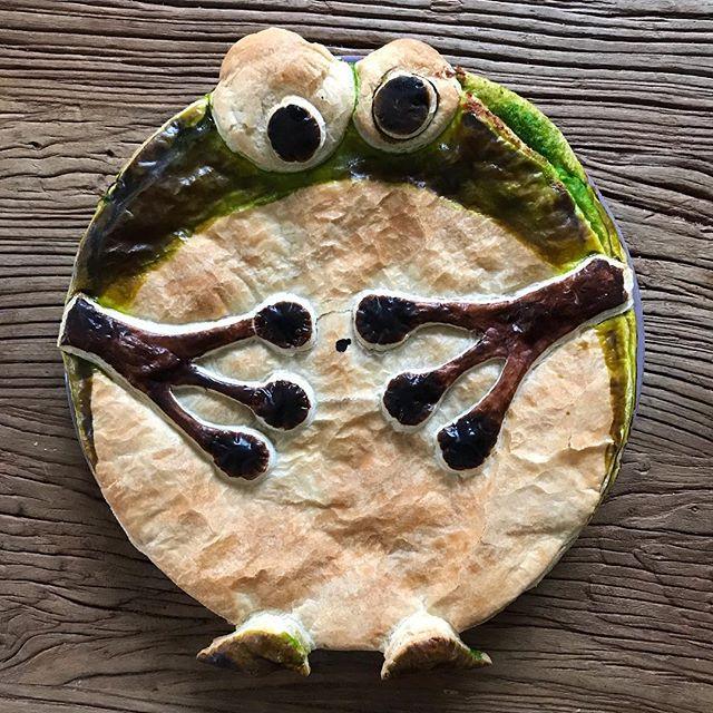 Le colorant vert n'a pas trop pris mais j'espère que vous avez reconnu la galette grenouille ^^ ! N'hésitez pas à me dire si vous préférez la galette oiseau ou grenouille de cette année ! #galettedesrois #galettedesrois #grenouille #frog #maviecreative #ciloubidouille