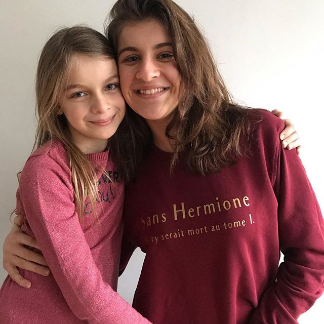 Sisters… Maelle porte le sweat que je lui ai offert à Noël. Il vient de chez @meufparis et il y a écrit : «Sans Hermione, Harry serait mort au tome 1». Je l'avais vu porté par @tristanlopin et j'avais beaucoup aimé ! Ma grande l'adore et c'est trop cool.