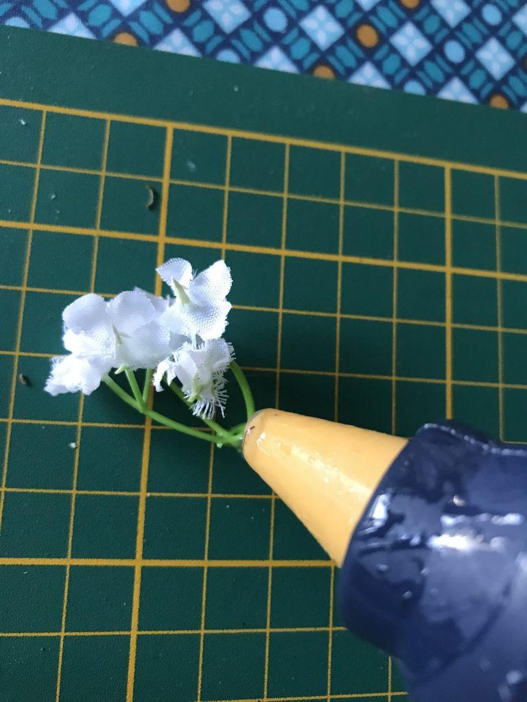 pistolet à colle et fleurs artificielles
