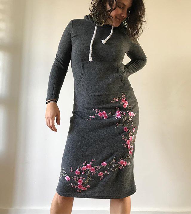 La customisation de ma robe réalisée en 5mn... Il vous faut une fringue unie, ici une robe sweat, des broderies thermocollantes (vous trouverez mes boutiques dans l'article«idées shopping» de ma bio), un fer à repasser et c'est parti ! Ma petite astuce est de ne pas hésiter à couper les broderies pour dessiner le motif idéal :). Sympa non ? Et super rapide ! J'ai un stock de broderies dans mes armoires mais beaucoup sont à coudre. Ca va moins vite, sauf à acheter du tissu themocollant double face :). #maviecreative #customisation #broderie #embroidery