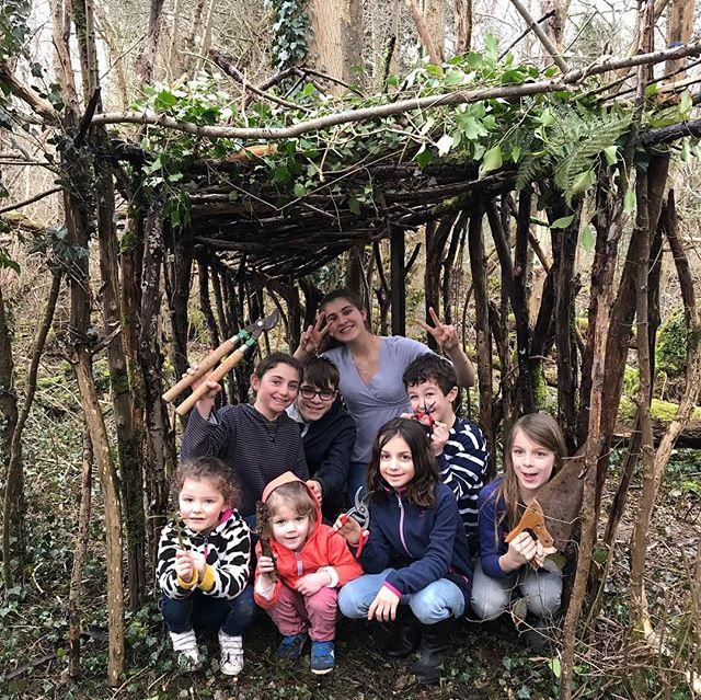 J'ai passé cette matinée à fabriquer une cabane avec mes enfants et neveux. C'est rigolo comme cette activité est plaisante. Il faisait gris, il pluviotait parfois, mais je n'ai entendu que leurs cris joyeux de chercheurs de branches :). J'ai bien envie de recommencer aux beaux jours. On embarque la famille, les copains, on prépare un chouette pique-nique et on se fabrique tous ensemble une méga cabane. Au nombre d'ingénieurs/bricoleurs que j'ai dans ma famille, je pense que je peux apporter du popcorn pour les débats solidité ^^ ! Ou alors on se retrouve tous, gentils lecteurs, et on se fait une rencontre cabane !! Hihihi ! Qui en est ? #cabane