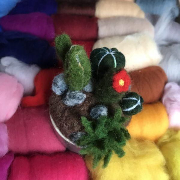 initiation à la laine cardée en réalisant des cactus