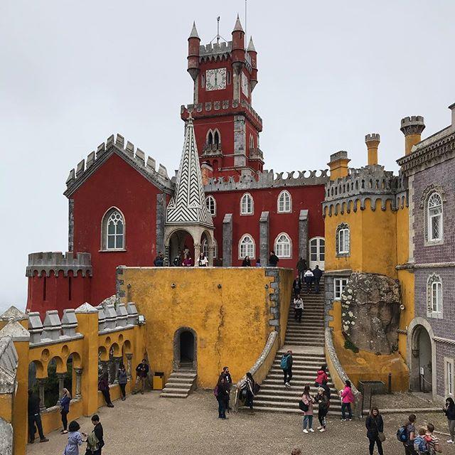 L'autre chateau visité a été celui du palais national de Pena, qui est considéré comme un des plus beaux palais d'Europe. C'est vrai qu'il en jette avec ses couleurs pétaradantes. Mais dedans, un monde fou ! Perso, ça enlève des tas de point quand faut faire la queuleleu pour visiter. Alors on s'est vite eclipsés pour aller se promener dans son parc, immense et magnifique. Bref, à midi, on avait bien crapahuté et pris des centaines de photos. Pause restau méritée et là on est de retour à Lisbonne.