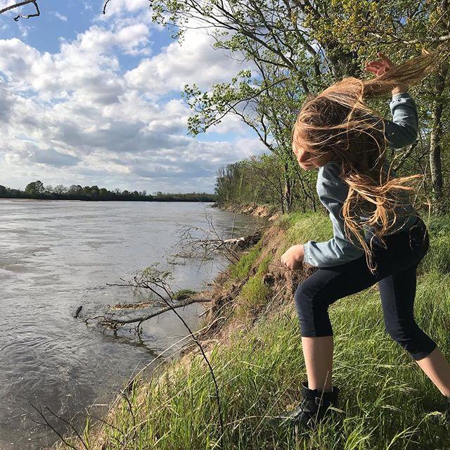 Encore une belle journée sur les bords de Loire. Je suis cette fille qui aime les lacs, les mers, les fleuves, les océans... Bien plus que les collines et les montagnes. Et puis ce coin a le goût de l'enfance. Il y a toujours la table en mosaïques réalisée il y a plus de trente ans avec mon grand-père. Les fleurs. Les gros escargots de la Bourgogne. Et ma Siloë qui fait danser ses cheveux dans le même vent. Revigorant. #bourgogne #loirevalley #loire #france