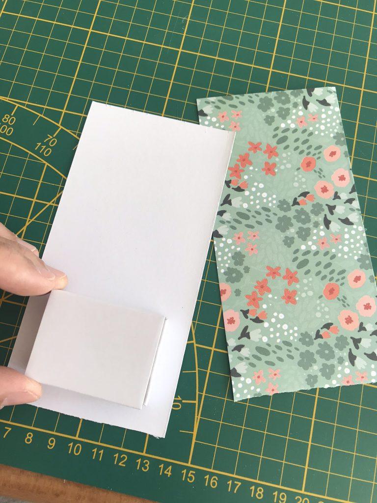 vérifiez que votre papier recouvre bien le contour de la boite