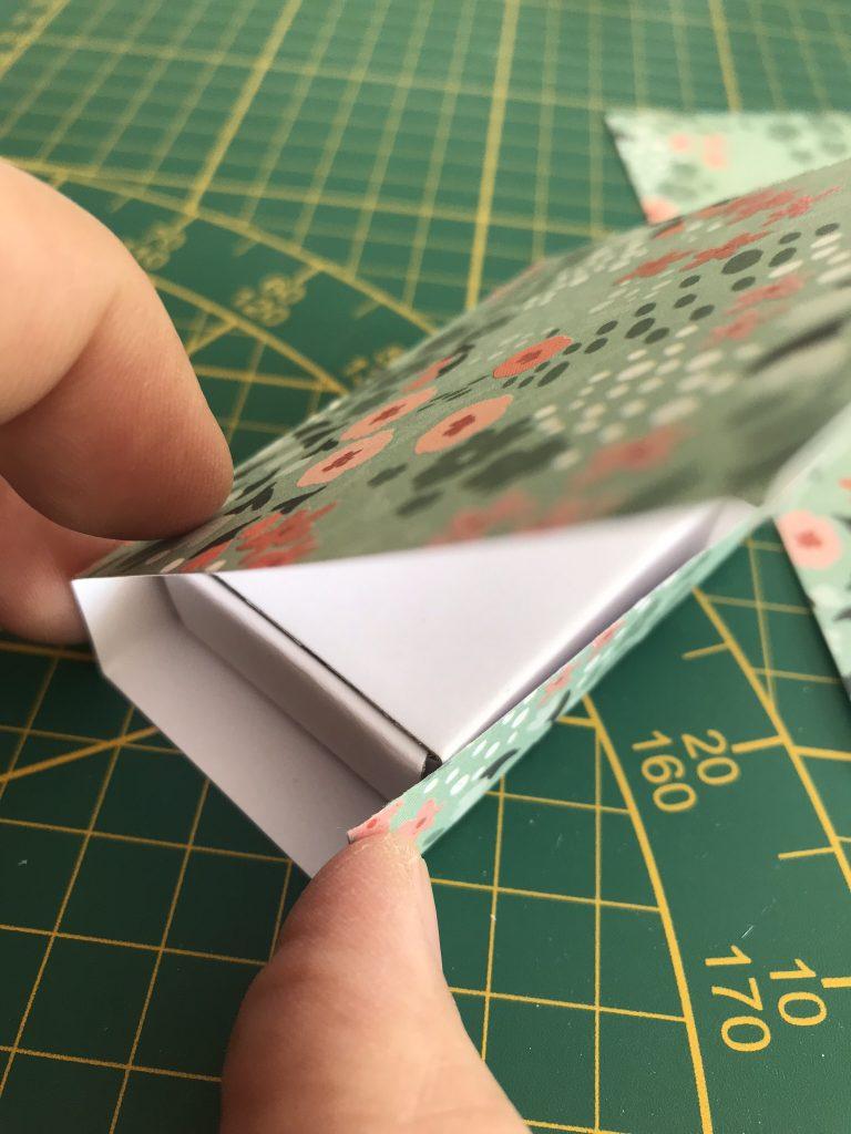 marquez les plis de la boite dans le papier