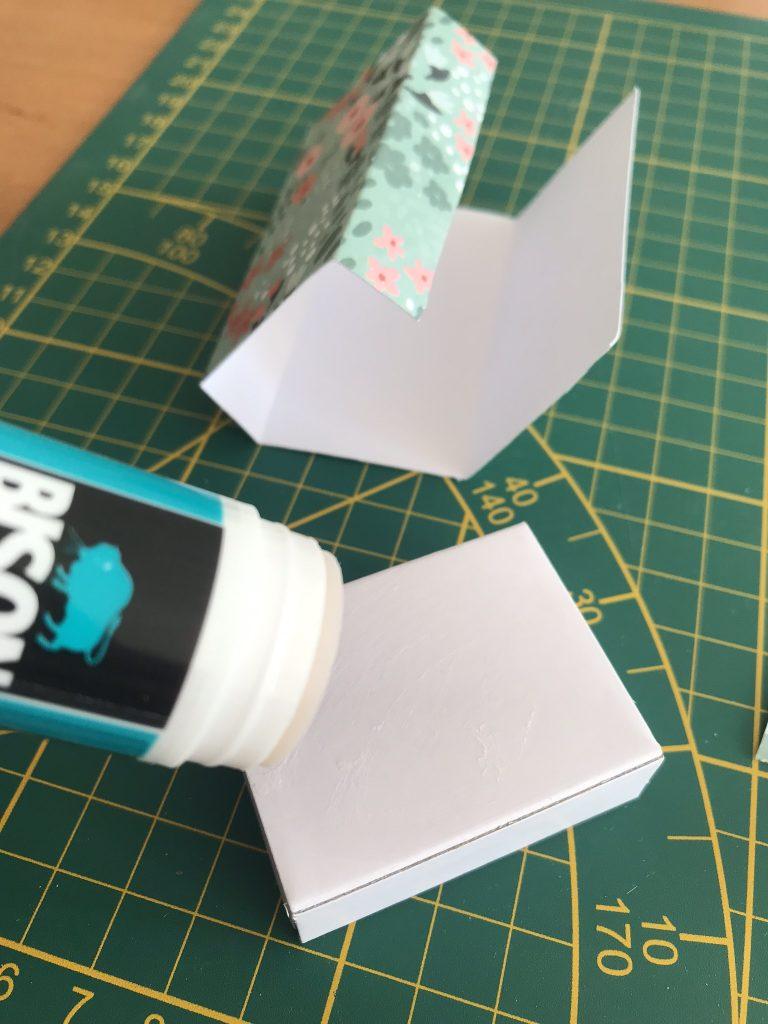 coller le papier autourde la boite d'allumettes