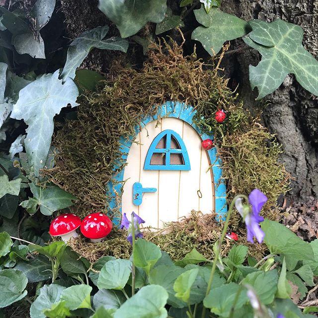 Êtes-vous prêts à faire entrer la magie chez vous ? Sur le blog, je vous parle de ces petites portes que l'on pose au pied d'un arbre, sur une contre-marche d'escalier ou dans un coin de chambre d'enfant... une façon comme une autre d'accueillir des êtres miniatures dont le plus grand pouvoir est de vous faire sourire. Et si vous ne savez pas par quoi commencer pour les réaliser, vous pouvez toujours commander ma Ciloubox qui vous donnera tout le matériel pour en réaliser une :). Rendez-vous sur mon blog :). #ciloubox #ciloubidouille #elfdoor #treedoor