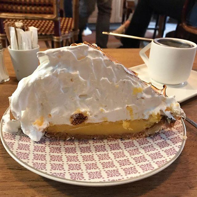 Tout dans la mesure et la pondération. J'ai demandé au monsieur : «elle est vraiment sucrée votre tarte au citron meringuée» ? Il m'a regardé en mode : «elle est con elle» et il m'a répondu : «il n'y a que ça dedans». Alors j'ai assumé crânement, et au lieu de prendre le carot cake et la caution légume, j'ai fait monter mon taux de glycémie et englouti ma tarte au sucre ^^ ! #healthyfood #oupas