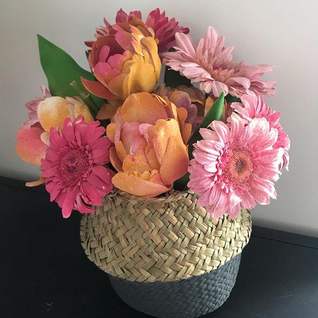 Hier j'étais invitée par @rustoleumfrance pour découvrir leur nouvelle gamme d'aérosols à base d'eau et donc plus respectueux de l'environnement. En raison de sa forte teneur en matière sèche, la peinture est très couvrante. Et surtout, comme il n'y a pas de solvant, ça ne pue pas ^^ ! Moi j'étais venue avec des fleurs artificielles défraichies. Je suis repartie avec un bouquet qui avait une nouvelle jeunesse. Je pense lui donner une troisième vie pour Halloween prochain d'ailleurs :). #ciloubidouille #maviecreative #recyclage #recyclerie