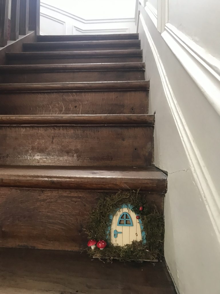 mini-porte de fée dans son escalier