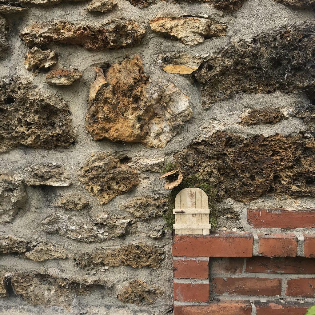mini-porte cachée sur un mur