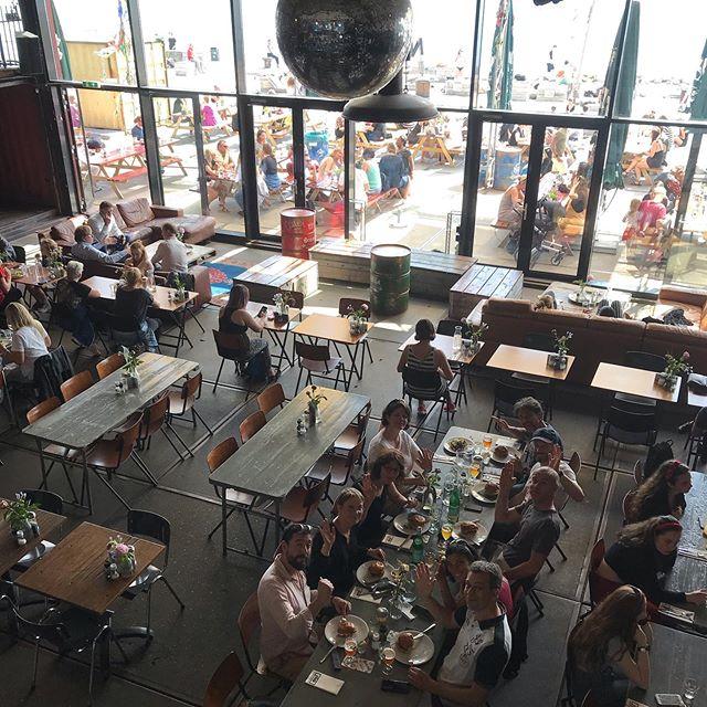 Dejeuner d'hamburgers dans le restaurant Pllek de NDSM. Pas foufou gustativement mais coin sympa si vous êtes nombreux (c'est toujours difficile de trouver une table pour 10) + coin assez instagramable ;). #amsterdam #ndsm