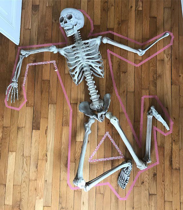On a un problème je crois... On a retrouvé un cadavre dans notre salon ! C'est Paul l'homme qui habitait la maison au début du siècle dernier ! Une enquête aura lieu cette après-midi et heureusement l'inspectrice Siloë et ses copains seront là pour résoudre ce mystère !! #maviecreative #ciloubidouille #anniversaireenfant