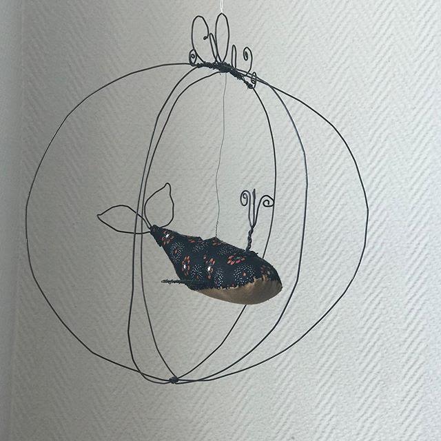 Une baleine aérienne... C'est le résultat de mon atelier avec la douce @astrid.lecornu ! J'ai pu peaufiner mes connaissances en fil de fer :). C'était un temps aussi inspirant que relaxant. J'ai des milliers d'idées maintenant ! Et vous ? Vous aimez l'art délicat des constructions en fil de fer ? #fildefer #wire #wireart #baleine #ciloubidouille #lesateliersdeciloubidouille