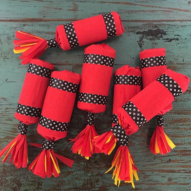 Dernier article sur l'anniversaire de Siloë. Sur le blog, je vous explique comment fabriquer ces mini-piñatas en forme de bâton de dynamite. Facile et plutôt chouette à la fin non ? Et puisque vous êtes là, j'ai une question. Pour le prochain article sur le blog, vous prérerez que je termine ma virée au Portugal ou que je vous fasse un article sur des gâteaux apéritifs maison ? #ciloubidouille #anniversaireenfant #minipiñatas #piñatascreativas
